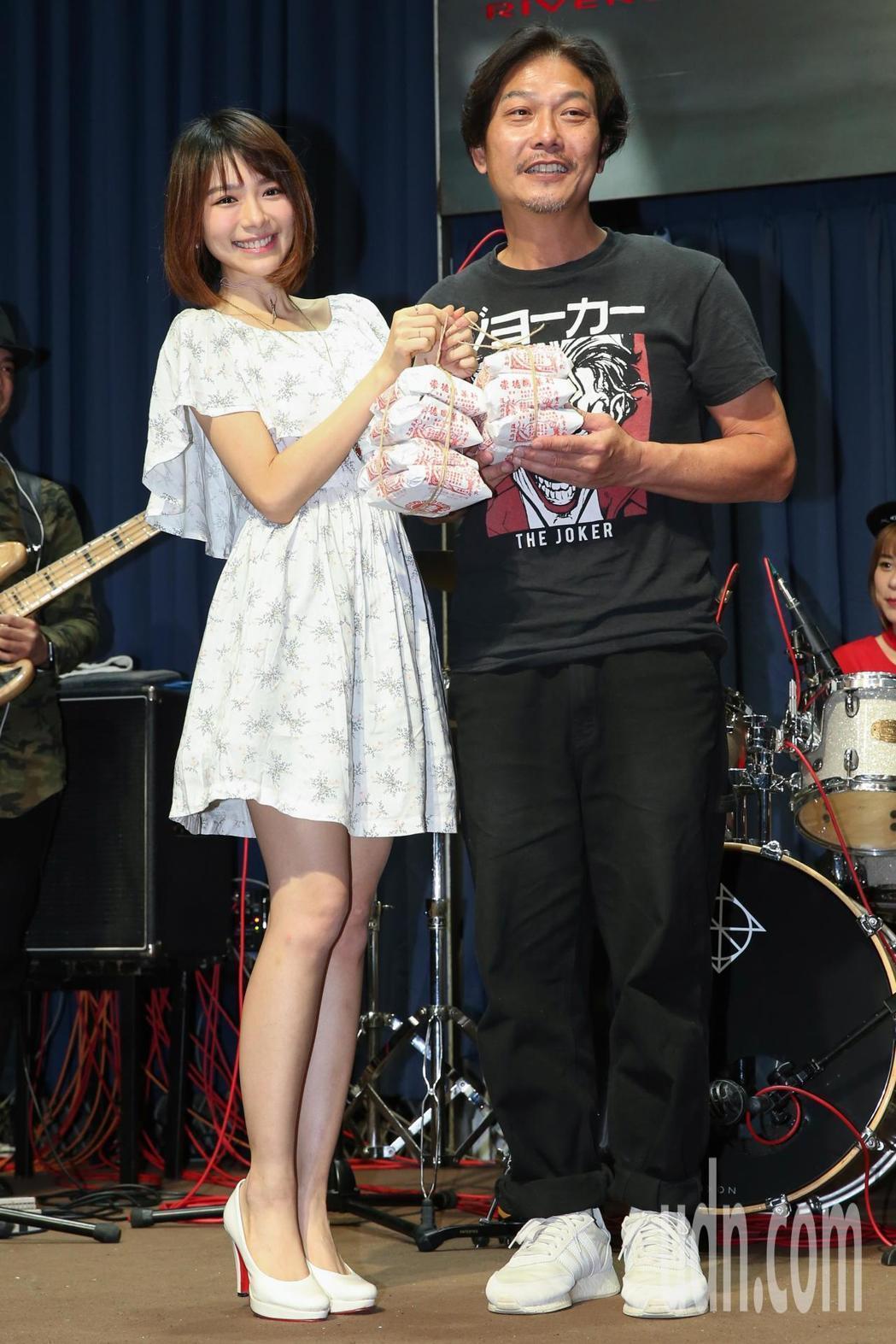 港星錢小豪(右)今天要舉辦個人首場演唱會,但因先前環島說了太多話導致嗓子沙啞,下