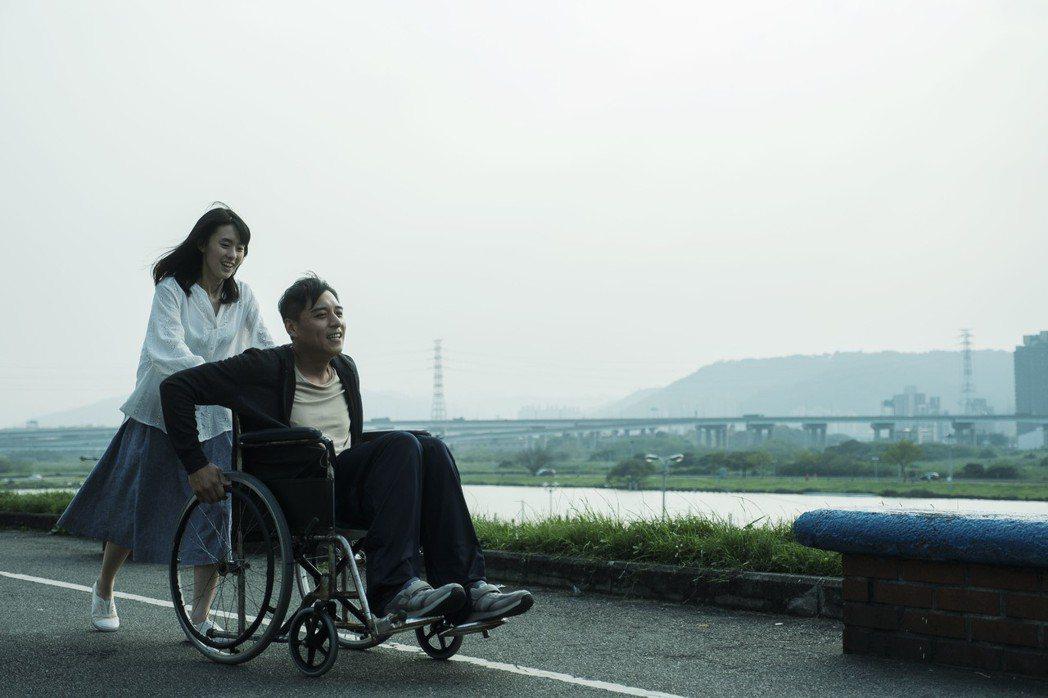 邱偲琹(左)與鄭人碩(右)在新片「殺手」有親密戲。圖/周子娛樂提供
