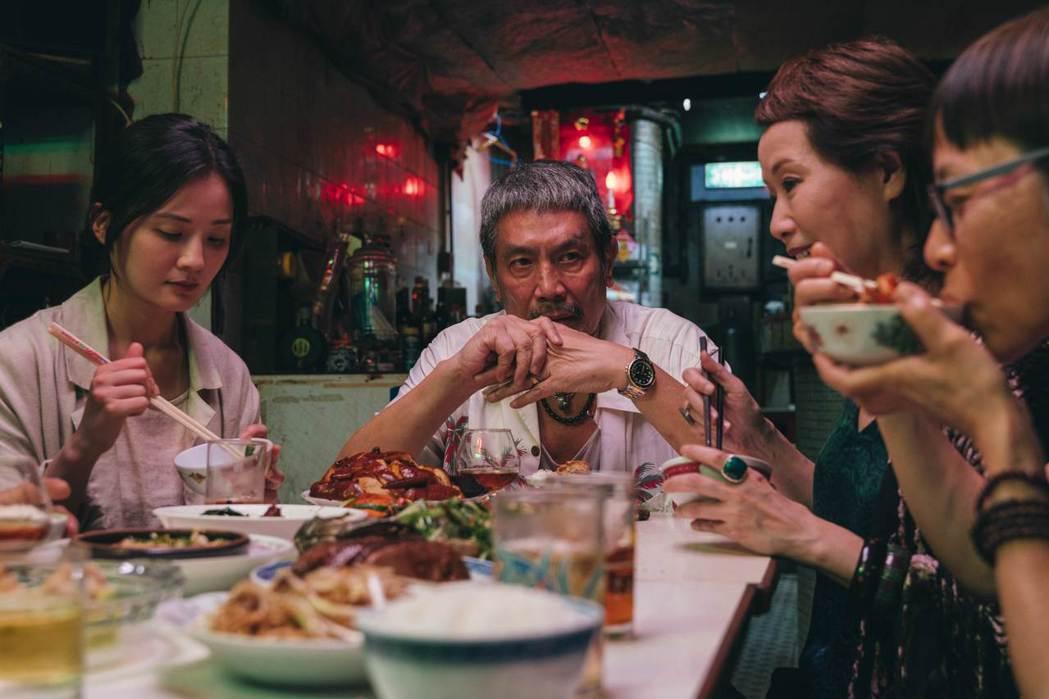 蔡卓妍(左起)、劉永以及葉童在「非分熟女」演出一家人。圖/華映提供