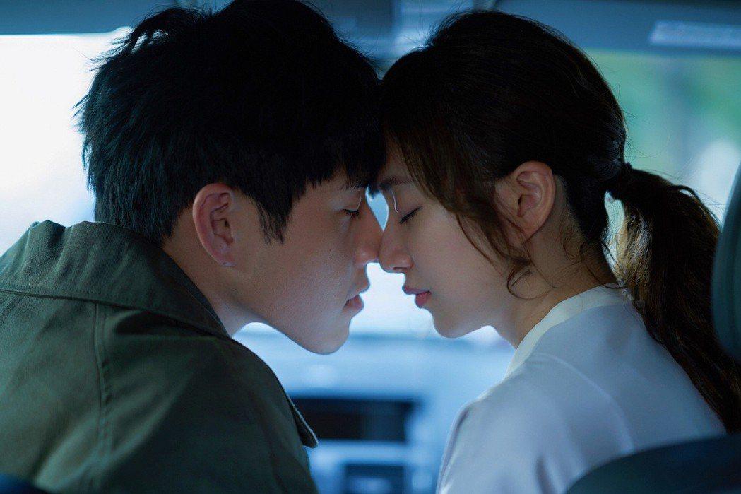 謝翔雅(右)、吳岳擎拍攝車內激吻戲。圖/東森提供
