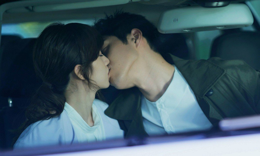 謝翔雅(左)、吳岳擎拍攝車內激吻戲。圖/東森提供