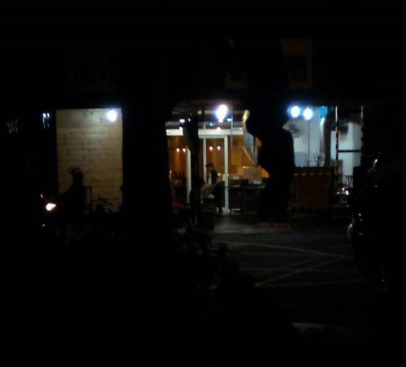 店家遭砸後清理店面。圖/民眾提供