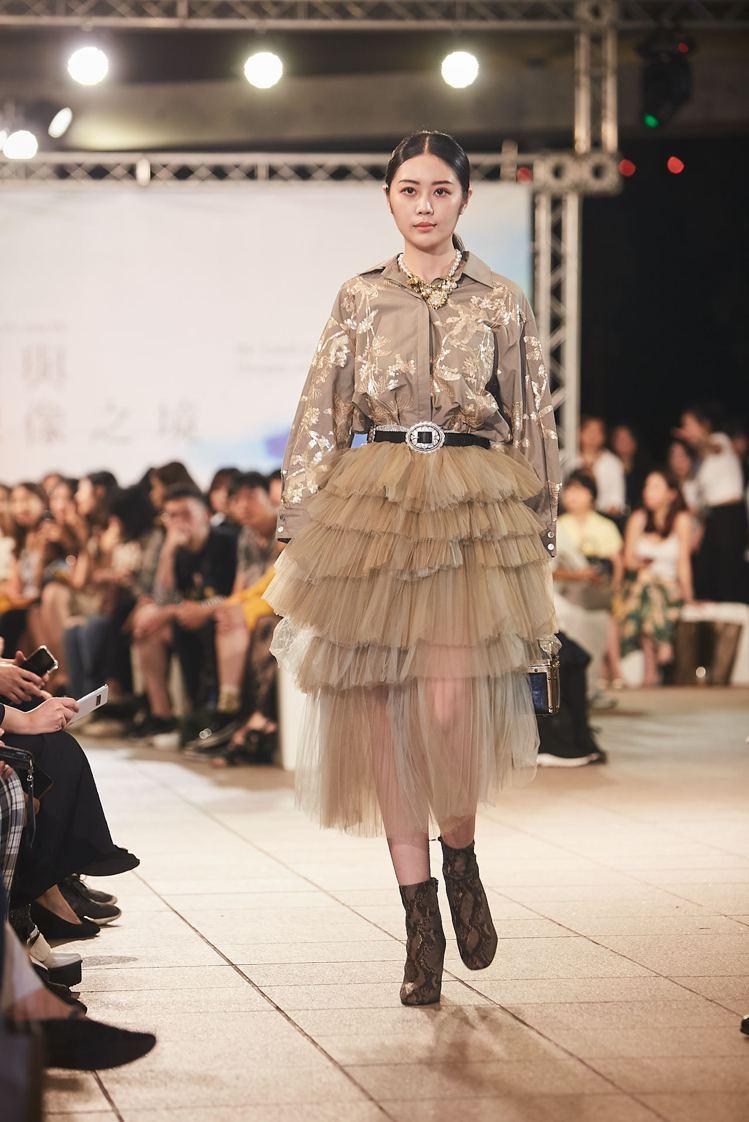 Isabelle Wen溫慶珠以「微光」為主題,精緻的手工珠繡布料閃爍出幽微高雅...