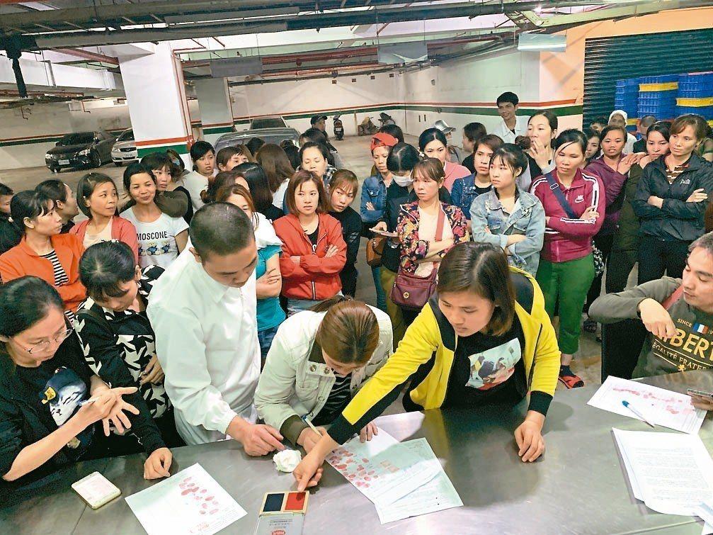 新北汐止區美堤食品公司近百名越南移工昨罷工,抗議工時過長並不時被無理扣薪。公司晚...