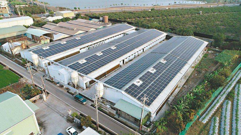 高雄地區畜牧場設置太陽能板發電有67場,每年發電量達1931萬度,相當於5310戶家庭年用電量。 圖/高雄市農業局提供