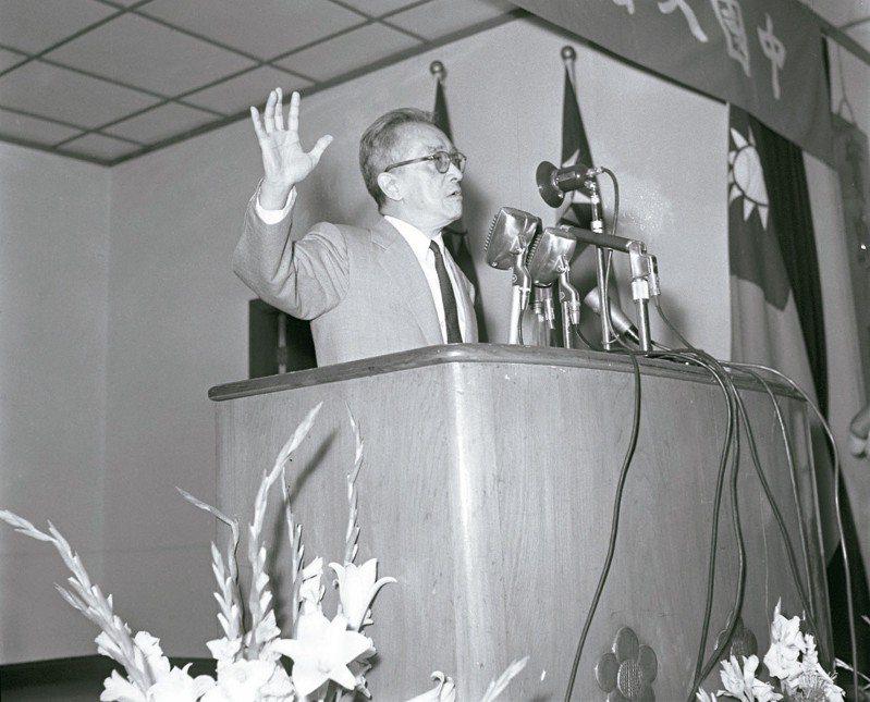 1958年5月4日,中國文藝協會在實踐堂舉行慶祝大會,當時的中央研究院院長胡適博士應邀發表演講「五四運動以來中國文藝發展的情形」。圖/聯合報系資料照片
