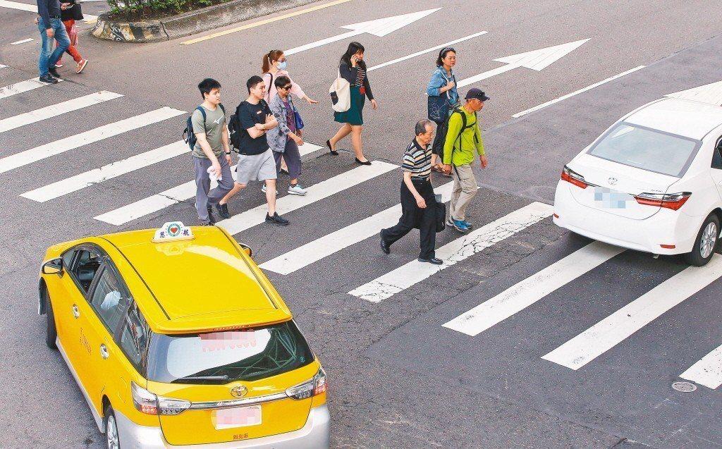 未來汽機車在轉彎或行近行人穿越道時,如未禮讓視覺障礙者,將遭到比不禮讓一般行人更...