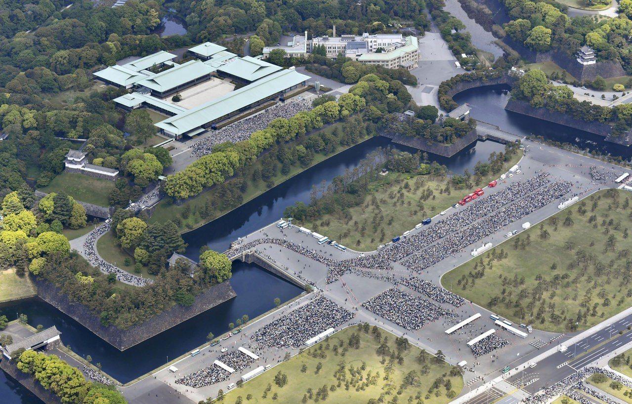 日本天皇德仁4日首度接受民眾參賀,空拍圖顯示東京皇居內外大排長龍。路透