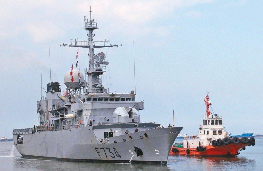 美國官員透露,法國巡防艦「葡月號」(左)4月6日通過台灣海峽。圖為該艦去年3月訪...