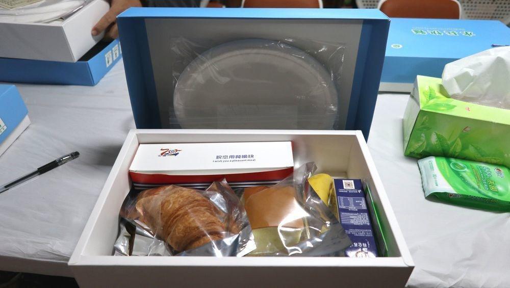 「水兵快餐」盒內置有真空包裝的麵包、蛋糕、牛肉乾、豆乾、滷蛋,還有一根香蕉、一瓶...