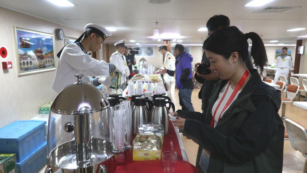 中共軍艦內的水兵餐廳提供水果、飲料和點心。特派記者林庭瑤/攝影