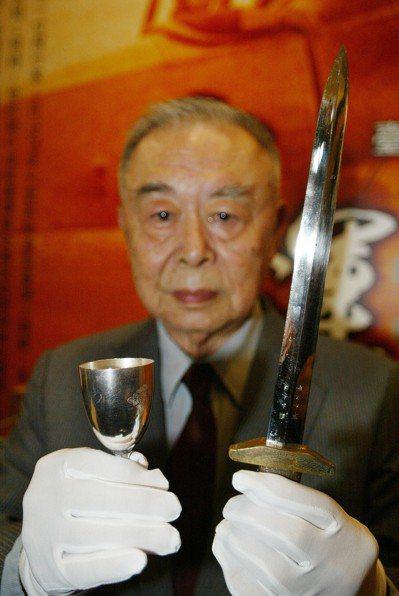 台灣首位飛行員謝文達的兒子謝東漢,展示天皇送謝文達的杯子跟蔣中正親贈的飛官佩劍。...