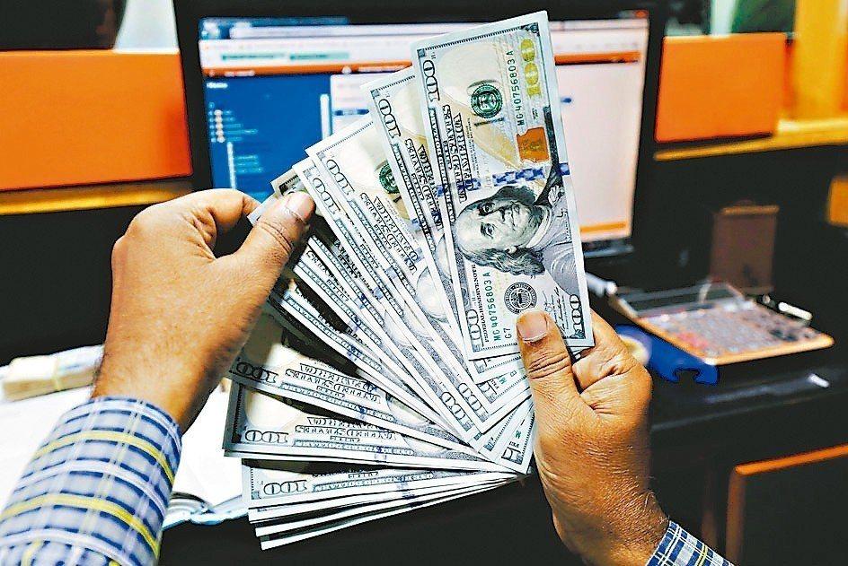 外匯策略師預料,美元未來三到六個月仍會保持強勢。 路透