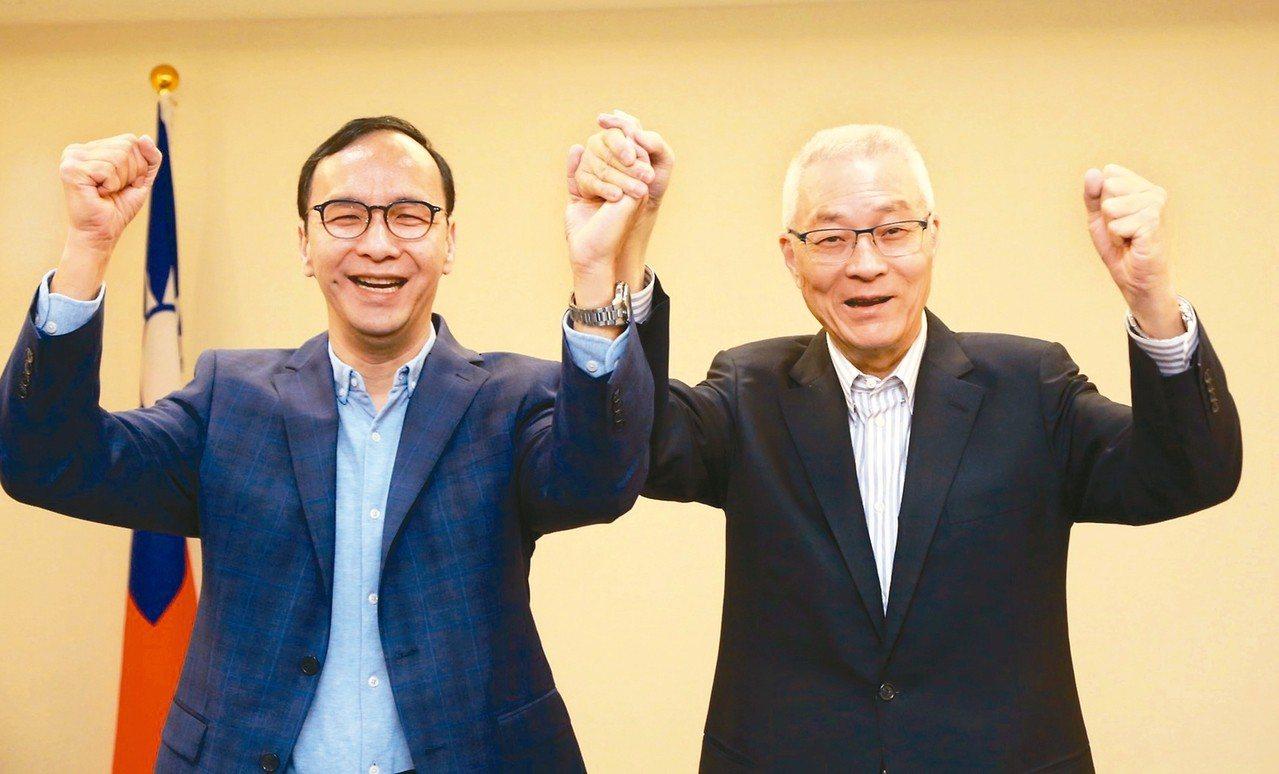 國民黨主席吳敦義(右)上午與朱立倫(左)會面,吳朱二人在鏡頭前振臂合影。 圖/國...