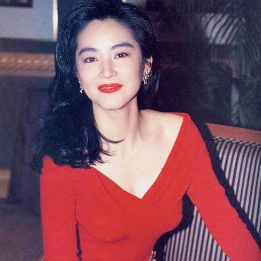 有網友也挖出林青霞曾穿過的紅色性感禮服。圖/擷自微博