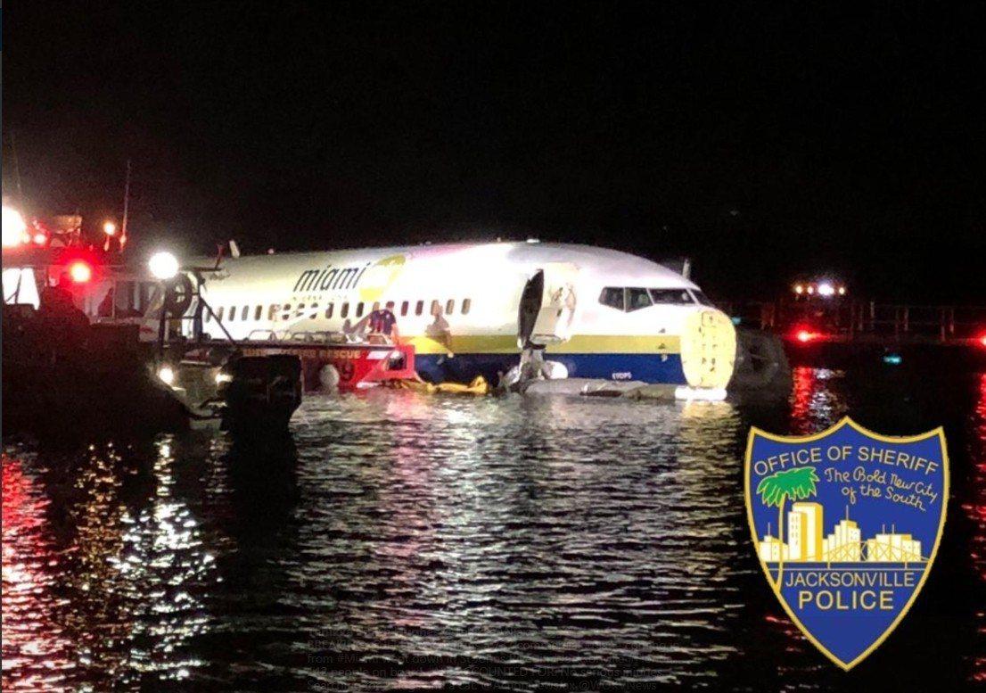 美國一架載有142人的波音737客機傳出意外,當地時間3日晚間,班機在降落佛州傑...