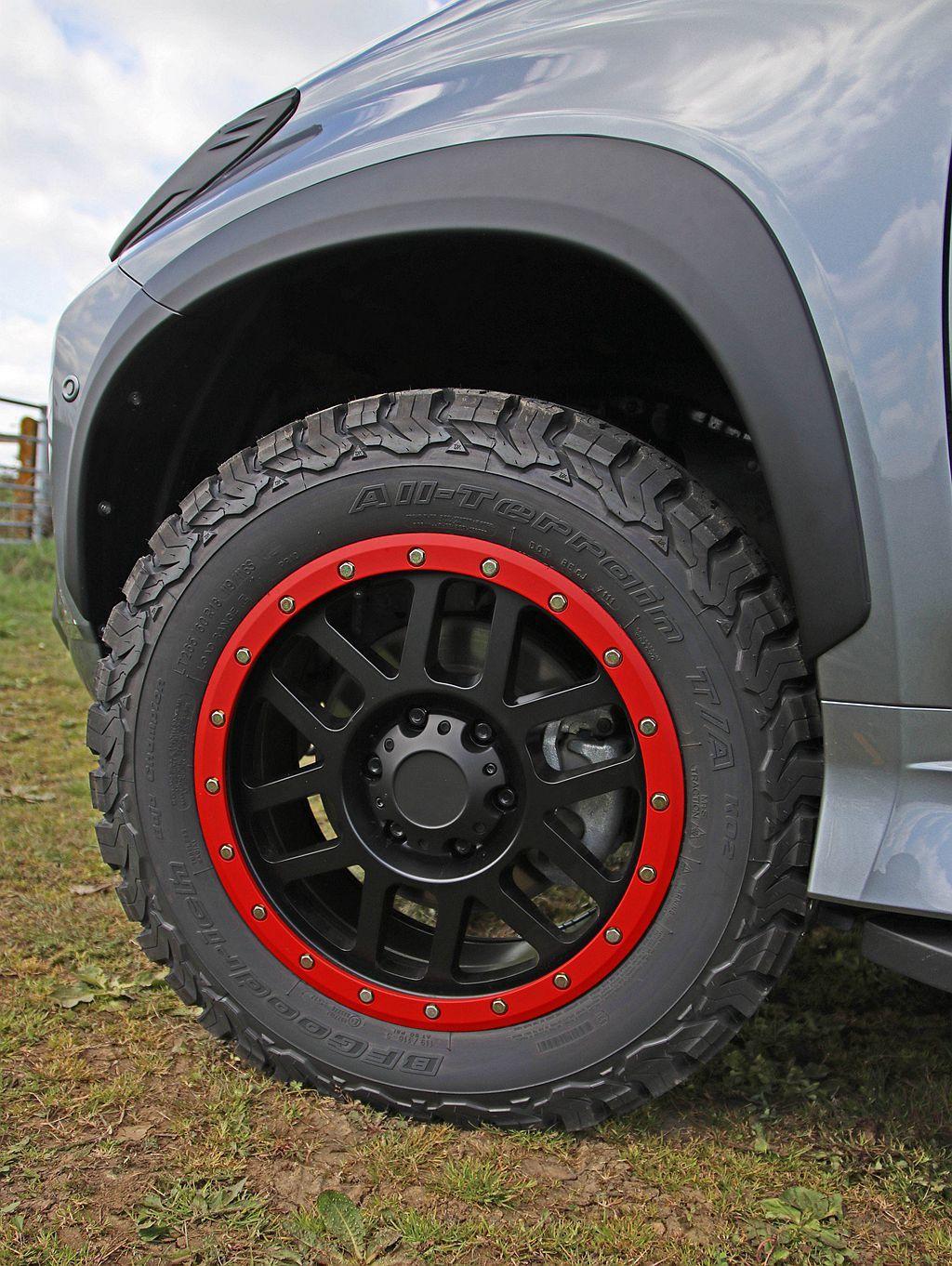 三菱Shogun Sport SVP概念車換裝黑色18吋輪框與BF Goodri...