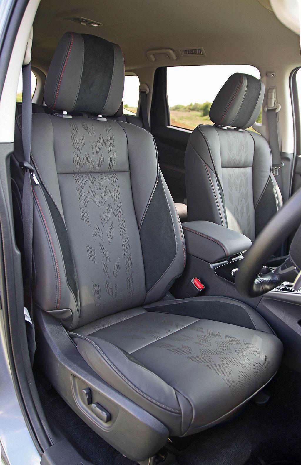 花紋獨特皮革包覆座椅,搭配紅色縫線增加許多車艙視覺亮點。 圖/Mitsubish...