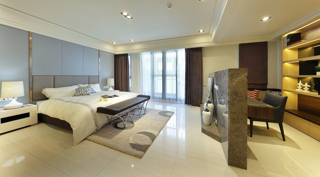 整層大主臥室,兼具日常起居及書房功能,舒適更顯氣派。圖片提供/德旺建設