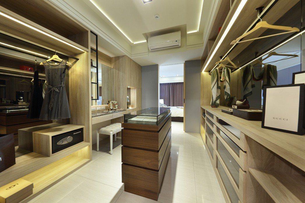 主臥更衣室,兼具收納及展示機能,安心收藏男女主人精品服飾。圖片提供/德旺建設
