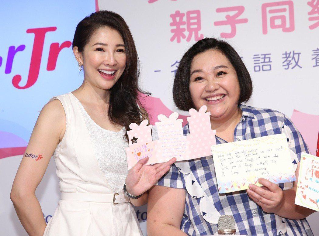 林書煒(左)和鍾欣凌(右)4日出席「名人親子教養密技講座」展示女兒寫的母親節賀卡...