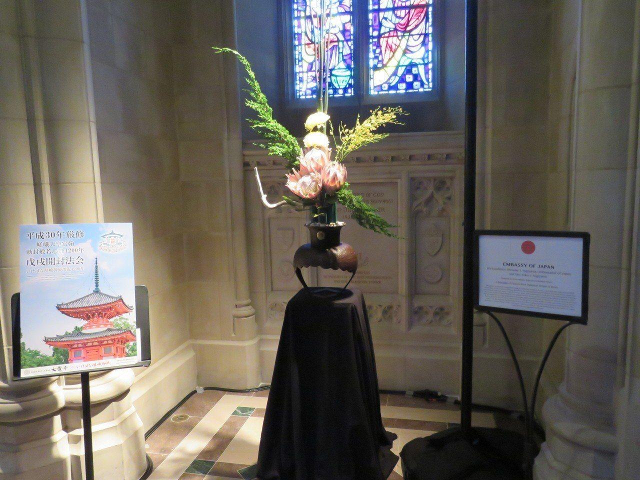 華府國家大教堂3日至4日舉辦花市活動,多國使館參加其中的國際花卉展。圖為日本參展...