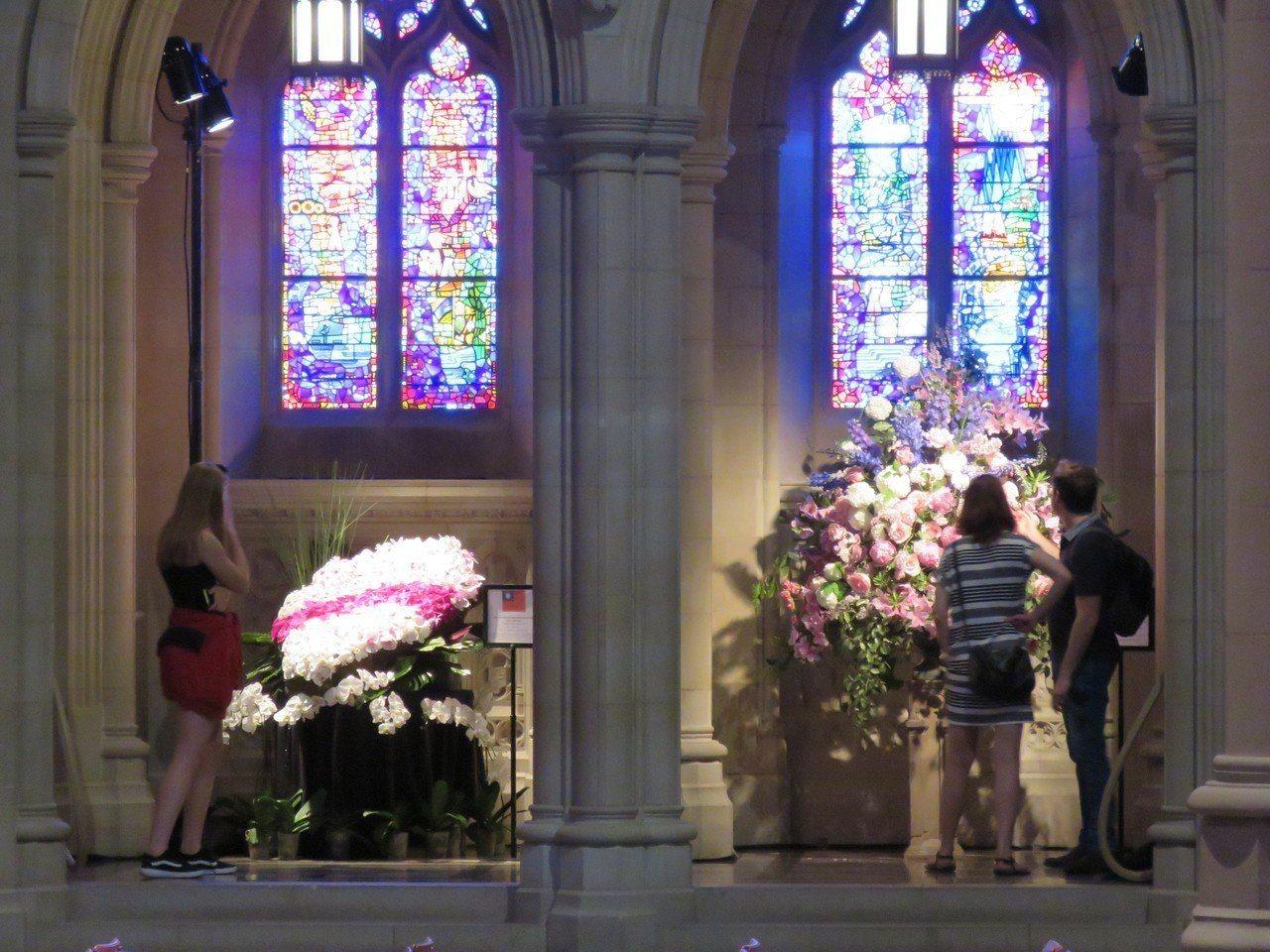 華府國家大教堂3日至4日舉辦花市活動,吸引許多民眾。華盛頓記者張加/攝影
