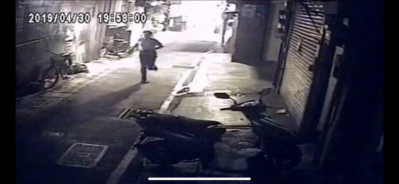 鄭姓男子行搶彩券糟警方逮捕。圖/記者廖炳棋翻攝