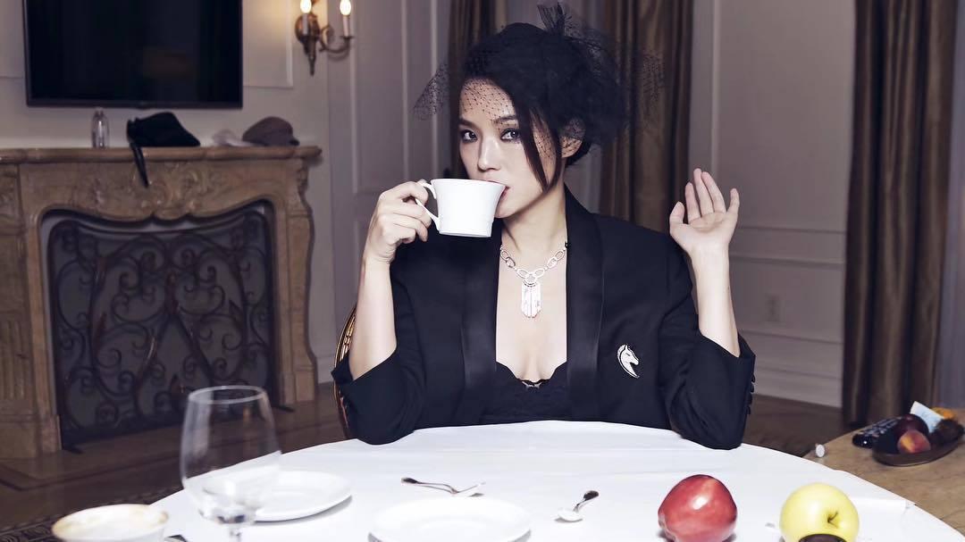 舒淇在紐約的時尚活動中以CELINE晚宴西裝外套和帽飾穿出性感。圖/取自IG