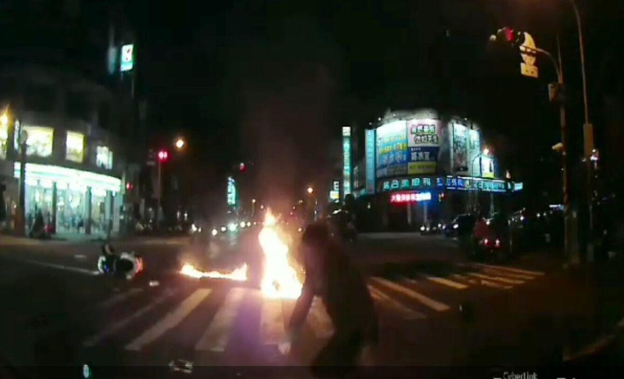 警方調閱相關行車記錄器,發覺蘇姓男子(中)疑闖紅燈,撞車後,他的機車馬上起火。記...