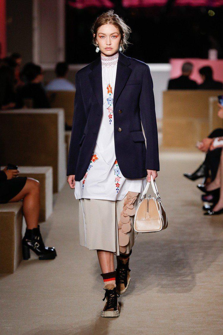 吉吉哈蒂德詮釋PRADA 2020早春女裝整體輪廓,以長版直線條設計為主。圖/P...