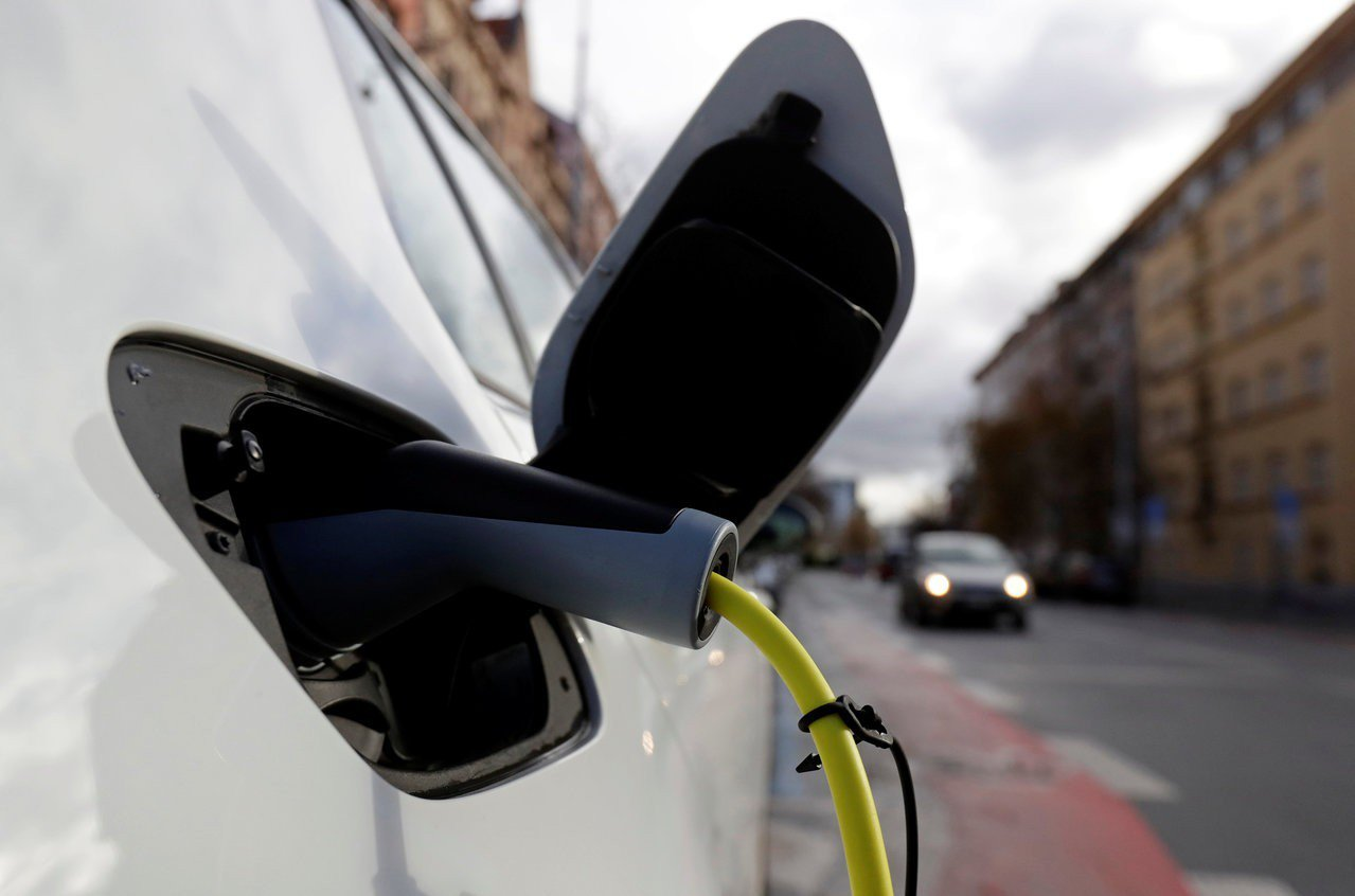 電動車在路邊充電站充電畫面。路透