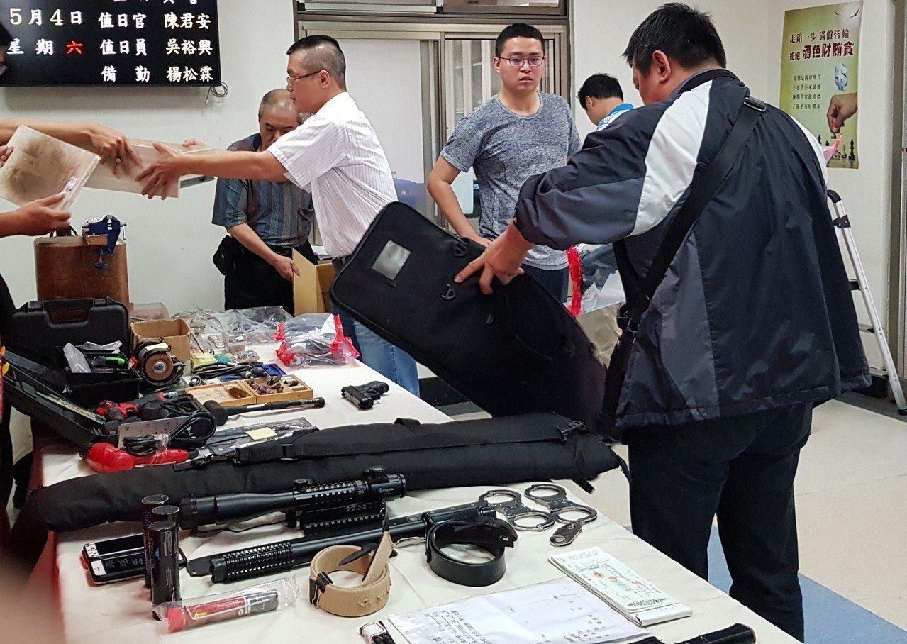 新竹市警方掃蕩4大幫派,查扣大批槍械、改造工具、毒品等,成果豐碩。記者黃瑞典/攝...