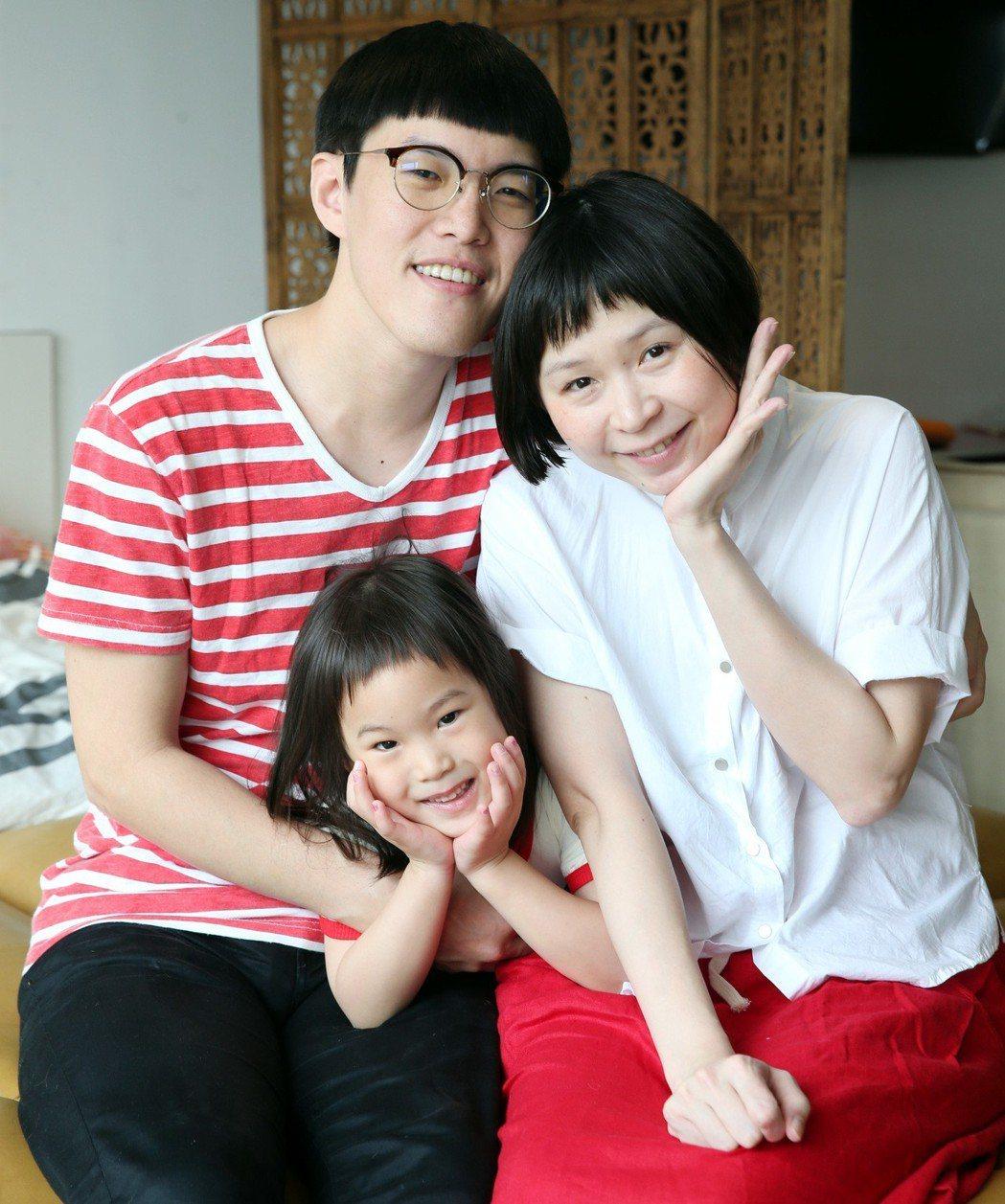 網紅「Mom & Dad」育有4歲半的心心和2個月大的光光姊弟。記者侯永全/攝影