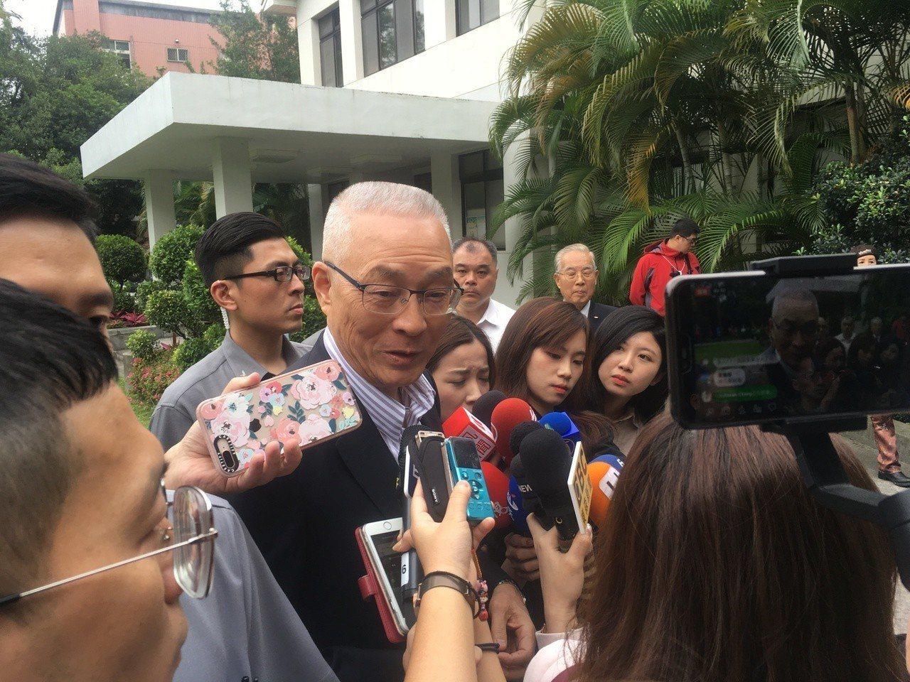 國民黨主席吳敦義下午受訪表示,即使是被動加入總統初選,也一定要登記、繳作業費並參...