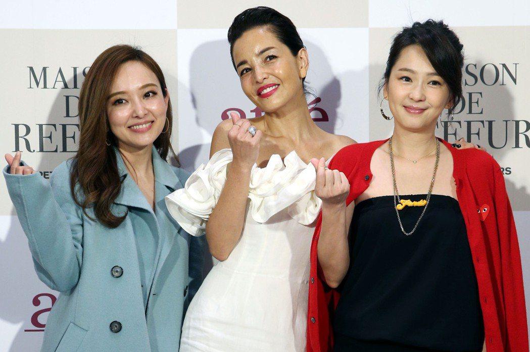 日本名模梨花(中)為自家品牌來台見面會,藝人愛紗(左)、六月(右)也是粉絲喜相逢