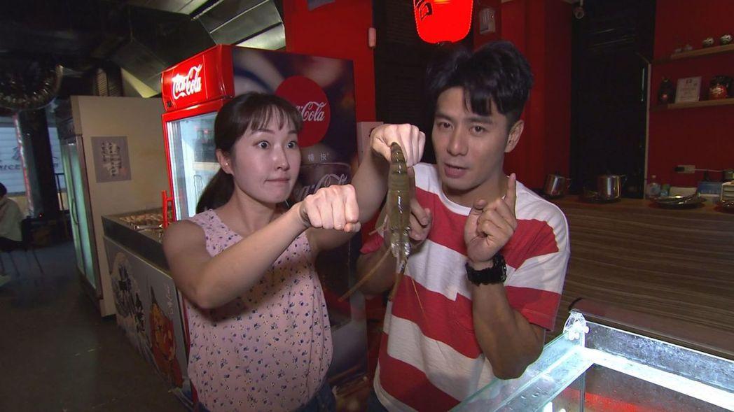 巴鈺和郭彥均一邊主持一邊鬥嘴。圖╱中天提供