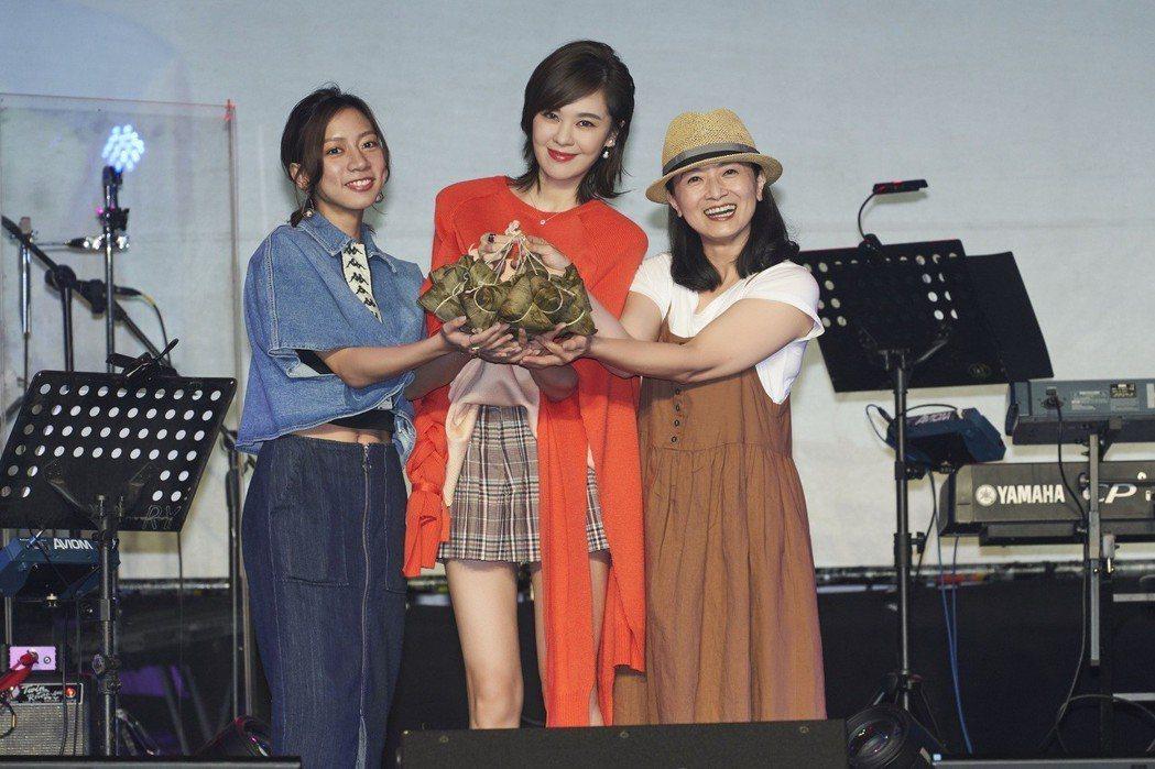 陳妤(左)、謝瓊煖(右)帶粽子祝郁可唯專輯包中。圖/華研國際提供
