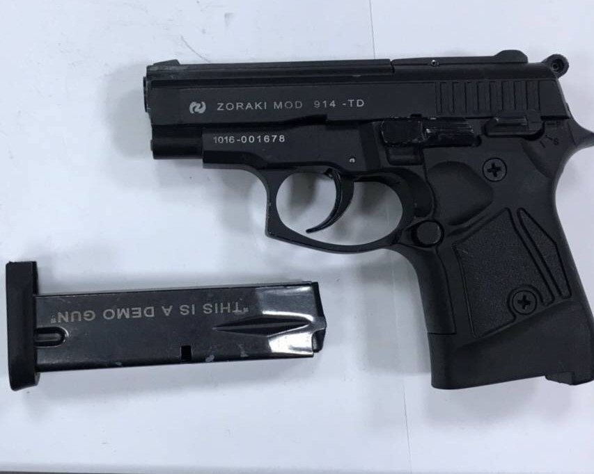 警方在車內查獲1把仿土耳其914改造手槍及彈匣。 記者邵心杰/翻攝