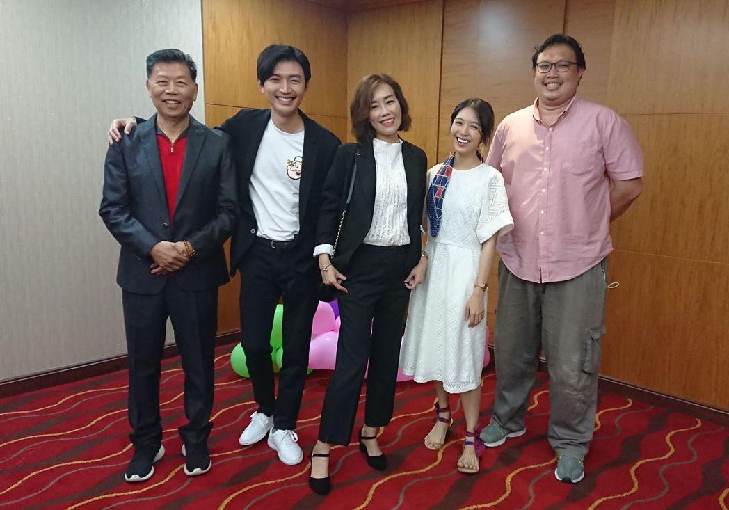 「生死接線員」高雄特映,曾少宗的爸媽(左起)特地到場捧場,演員劉倩妏、製作人許家