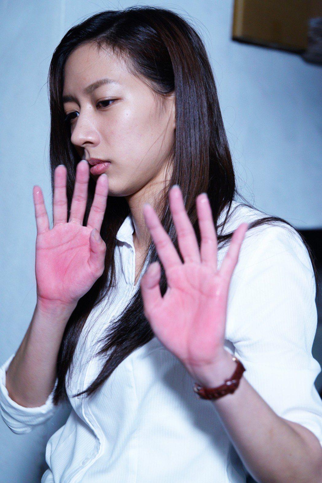 陳妤在「國際橋牌社」中嗆主管拍桌,拍到雙手通紅。圖/馬克吐溫國際影像公司提供