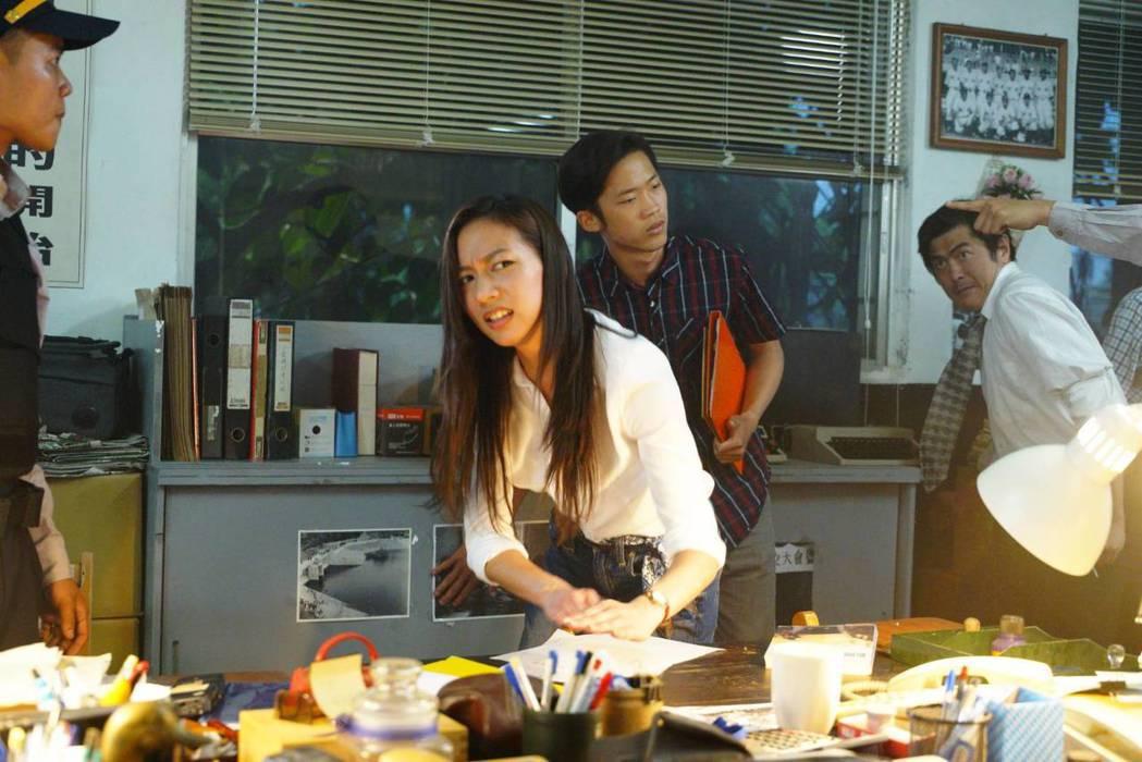 陳妤在「國際橋牌社」中嗆主管拍桌。圖/馬克吐溫國際影像公司提供
