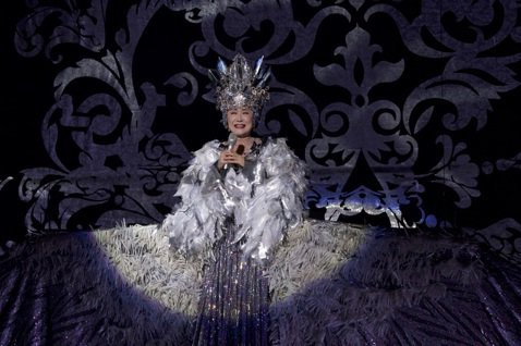 日本演歌天后小林幸子今在台北國際會議中心開唱,她的招牌大型舞台道具、機關華服全都從日本運來,演出以百分之百日本規格呈現,光運費就耗資百萬。她出道55年,演出曲目集結所有精華,為了台灣歌迷,特意將鄧麗...