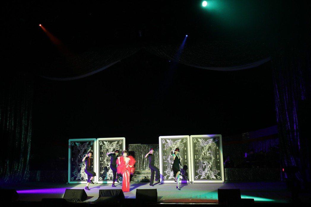 小林幸子一起跳「U.S.A.」。圖╱第一娛樂提供