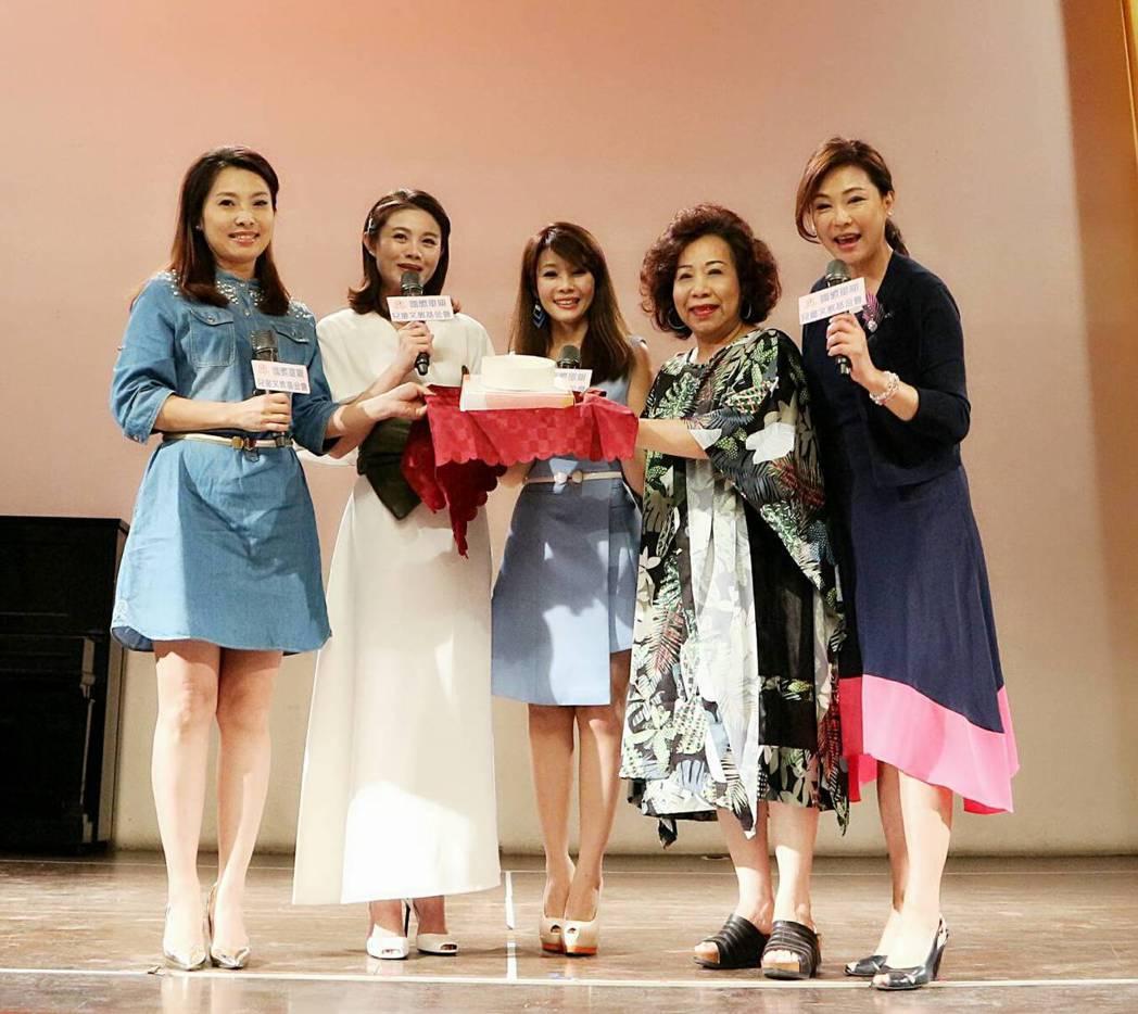 歌手董育君(左起)、朱海君送蛋糕感謝「單親之母」黃越綏老師。右為歌手唐儷、張月麗...