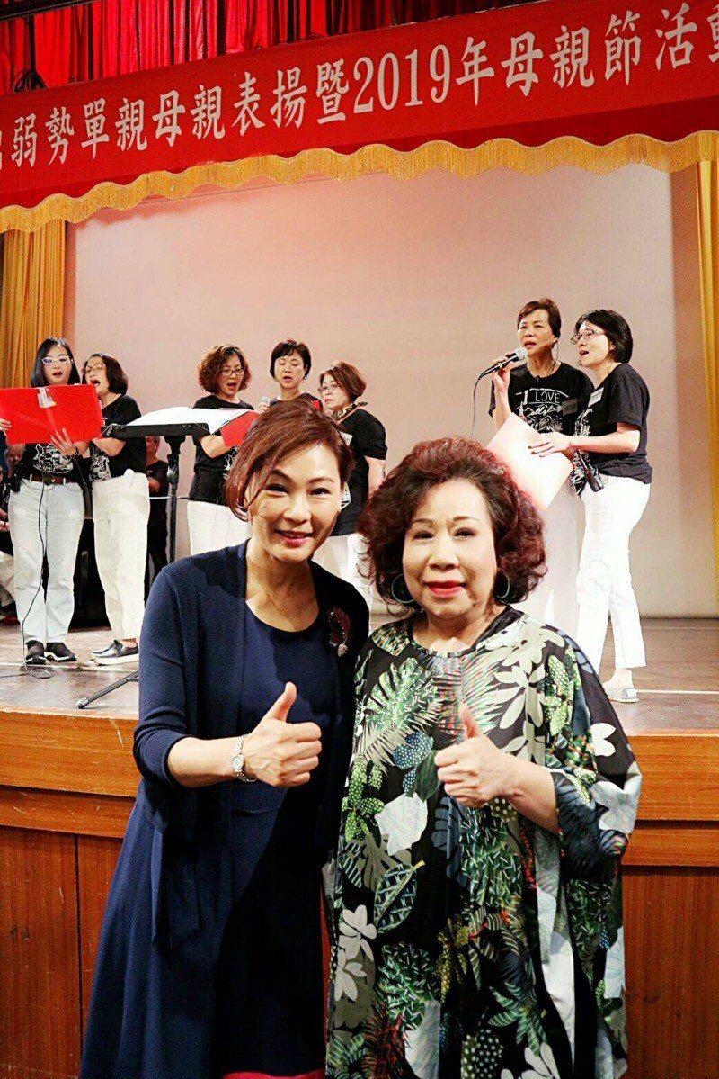 張月麗(左)義務主持「傑出弱勢單親母親表揚活動」。右為黃越綏老師。圖片提供/國際...