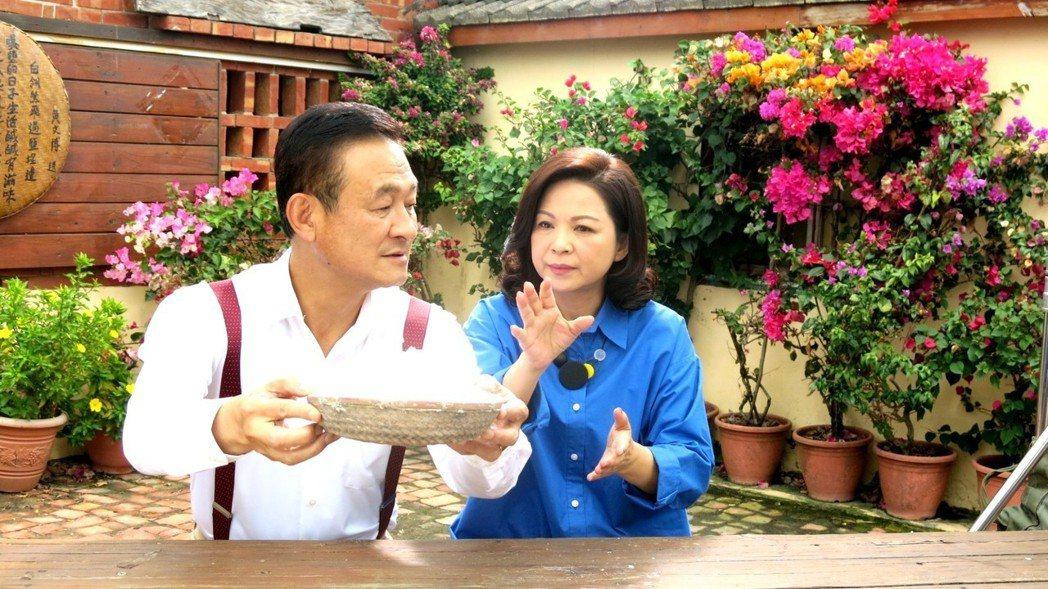 楊貴媚(右)和陳慕義合作。圖╱三立提供