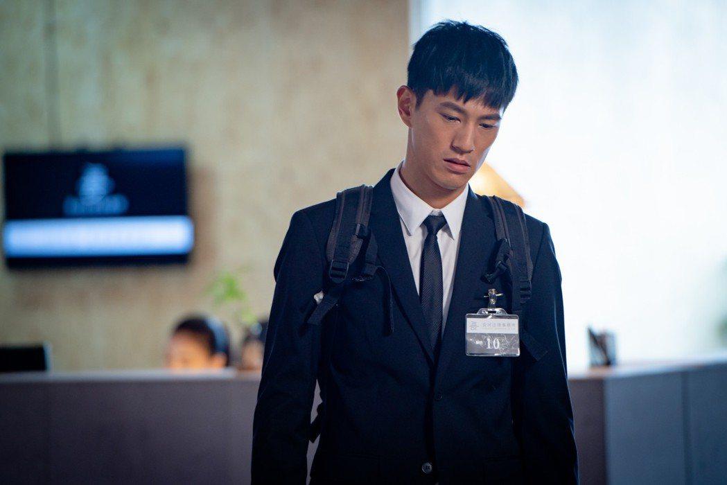 鍾承翰在「最佳利益」中飾演熱血菜鳥律師。圖/華視提供