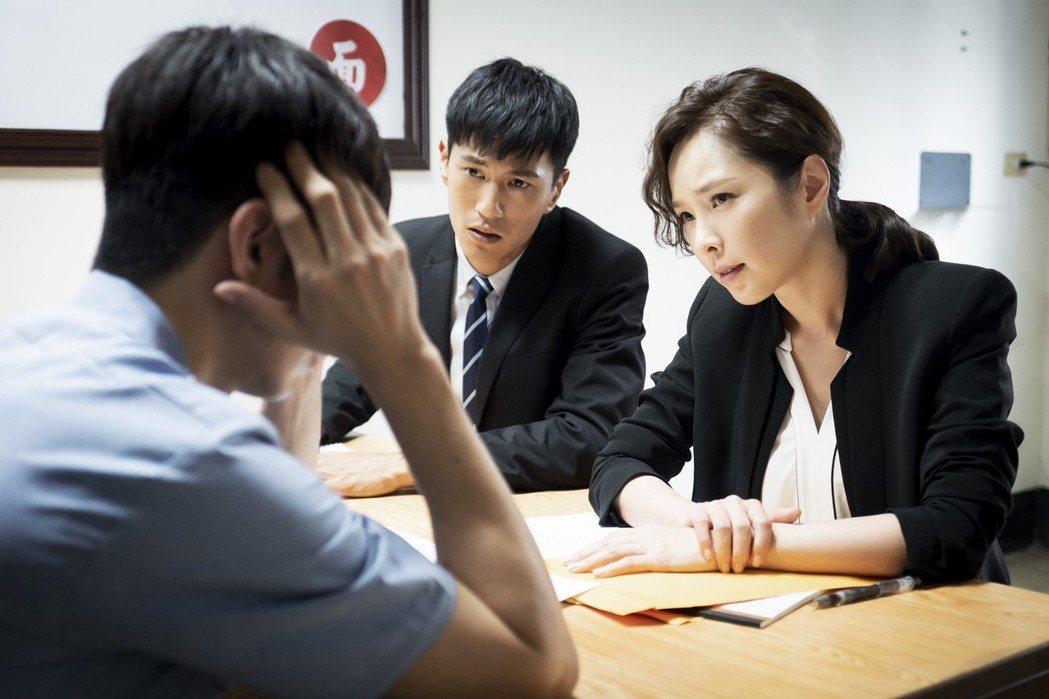 天心(右)飾演的資深律師,霸氣外露、冷酷無情,讓飾演菜鳥實習律師的鍾承翰嚇傻眼。...