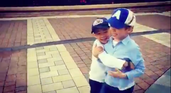 Jasper與嗯哼同框很有愛,抱抱大秀兄弟情。圖/摘自應采兒IG